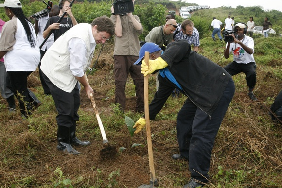 Achim Steiner plants a tree